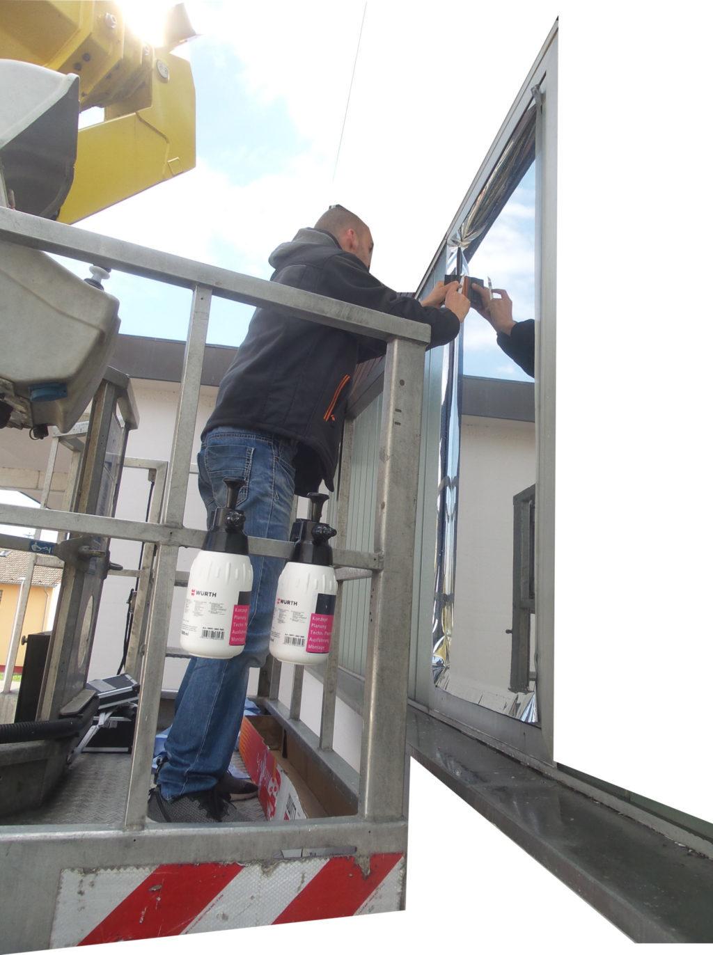 Bürofenster mit Hilfe von Hebebühnen Einsatz Bekleben