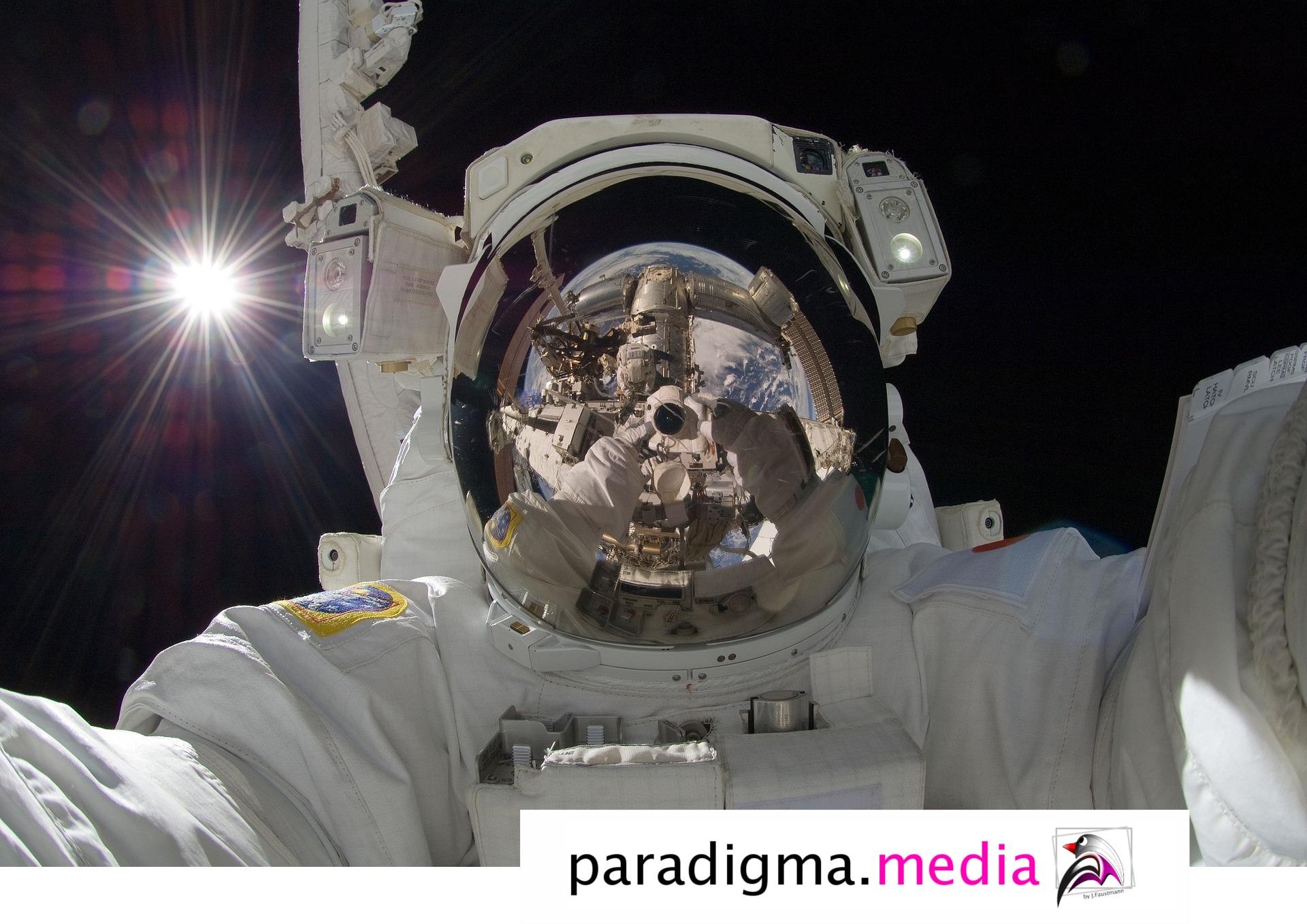 Paradigma.media werbung Berlin Astronaut Atronaut Spiegelschutzfole